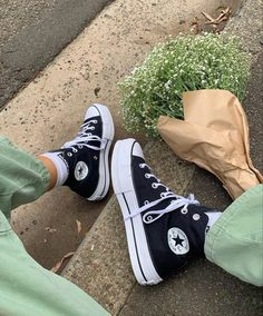 Mode Converse, Sneakers Mode, Best Sneakers, Sneakers Fashion, High Top Sneakers, Fashion Shoes, Shoes Sneakers, Black Converse Outfits, Converse High Black