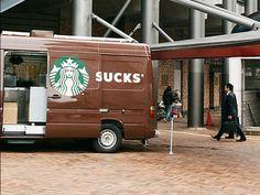 """Il suffit parfois d'un esprit tordu pour transformer le message des publicitaires mais ici point besoin d'aller chercher très loin, on vous livre les vingt placements commerciaux les pires du monde !  Un Starbucks qui se transforme en """"Sucks"""", des publicités qui ensemble..."""