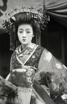 太夫 About Japan. Japanese Geisha, Japanese Beauty, Japanese Girl, Vintage Japanese, Japanese Temple, Vintage Photographs, Vintage Photos, Japanese Costume, Turning Japanese