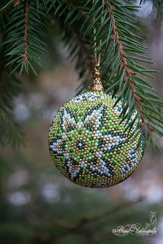 Beaded Christmas Decorations, Beaded Ornaments, Christmas Crafts, Christmas Ornaments, Crochet Ball, Bead Crochet, Xmas Baubles, Ornament Tutorial, Native American Beading