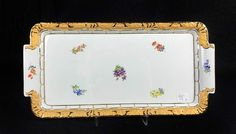 Meissen, blaue Unterglasur-Schwertermarke, X-Form, 1. Wahl, weiß-gold mit Streublümchen,Kuchenplat — Porzellan