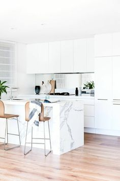 matt white kitchen helps to create a seamless look. its off set by a luxe mirror splashback and carrara marble benchtop. Kitchen Interior, New Kitchen, Kitchen Dining, Kitchen Decor, Island Kitchen, Kitchen Sets, Dining Room, Kitchen Benches, Cuisines Design