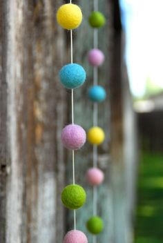 Hosting an #Easter Egg Hunt? Here is a great idea to decorate your yard for the occasion - #Spring Easter Garland