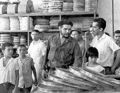 O Ministro Che Guevara ( de mãos dadas com sua filha Hildita) em visita a indústria