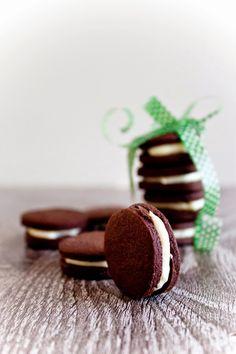 Tyhle sušenky jsou prostě dokonalé a pokud Vám chutnají Oreo sušenky,ale jsou na Vás moc sladké a moc voňavé, tak tyhle budou to pravé. J... Food And Drink, Sweets, Stud Earrings, Snacks, Oreo, Cupcakes, Baking, Recipes, Chef Recipes