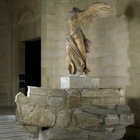 Le Louvre est parvenu à réunir un million d'euros de dons individuels pour restaurer l'une de ses œuvres phares, La Victoire de Samothrace, et son escalier monumental, a annoncé le musée lundi 6 janvier au soir. La célèbre statue ailée, actuellement en restauration dans une salle voisine, retrouvera sa place au sommet de l'escalier Daru au début de l'été 2014. La rénovation de l'escalier ne s'achèvera qu'en mars 2015.