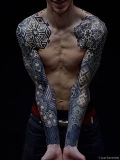 Mangas con motivos geométricos utilizando la... - Tatuajes para Hombres
