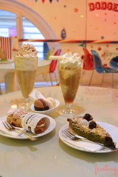 Dulce Budapest: una merienda en Sugar!  Batidos con nata, eclair relleno de crema, fresas y nata y tarta de pistachos. #budapest #sugar! @frostinbcn
