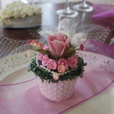 Blumen Gesteck Hochzeit cupcake polkadots rosa Blumengesteck