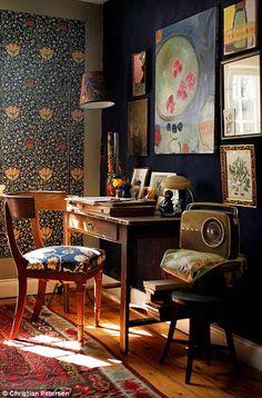 Koti Ruotsissa - A Home in Sweden Tämän asunnon olohuone/keittiön rauhallinen ilme syntyy yksivärisistä pinnoista, sillä keittiön k...