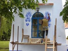 The old lady Anežka Kašpárková will soon be celebrating hereighties - pretty advanced age.She cannotimagine life without work at home or in the pastas sheworked in agriculture. Now it is the thirtieth yearas of herpainting villageproject.