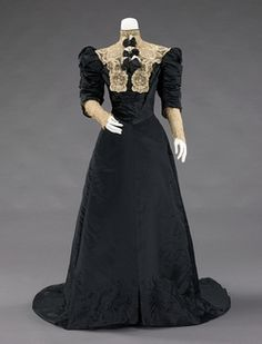 Evening dress House of Worth (French, Designer: Jean-Philippe Worth (French, Date: 19001905 Culture: French Medium: silk, metal Vintage Outfits, Vintage Gowns, Vintage Mode, 1900s Fashion, Edwardian Fashion, Vintage Fashion, Edwardian Era, Gothic Fashion, Belle Epoque
