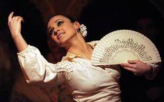 """Dedicados en cuerpo y alma al baile. Y a sus complementos. Es esencial. Son el fundamento. Cada año, el Ciclo BBK de Flamenco dedica una jornada dentro del ciclo a las batas de cola, al abanico, al ballet Flamenco.  El 29 toca y sube a escena la excepcional Concha Jareño secundada por el cante de Paco del Pozo, la virtuosas guitarra del """"Cano"""", el """"Bandolero"""" y a las palmas Tamar González."""