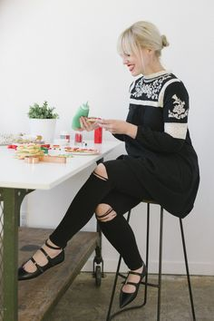 This outfit was definitely my favorite with my partnership with @nordstrom for the holidays. The boho top fits right on into my closet (along with the other non-waistband dresses!) but I like how refreshing it is with the black jeans. It's perfect for a more casual event like a cookie decorating party. Plus, I'm really digging this shoe style this season.