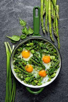 Szakszuka ze szparagami to inna wersja znanego bliskowschodniego dania, w którym pomidory i paprykę zastąpiliśmy zielonymi warzywami. Bardzo wiosenna, bardzo smaczna szakszuka! Food Inspiration, Food And Drink, Tasty, Salad, Healthy Recipes, Meals, Baking, Breakfast, Ethnic Recipes