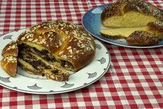 Μια φίνα και σχετικά εύκολη συνταγή για τσουρέκι γεμιστό με πραλίνα, σοκλάτα και αμύγδαλα και έξτρα η συνταγή για απλό τσουρέκι απ' τον κορυφαίο ζαχαροπλάστη Δημήτρη Χρονόπουλο