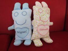 Naninha para bebês, em tecido de algodão, recheado de plumante, detalhes bordados á mão e personalização com bordado computadorizado. Nomes até 7 letras R$ 25,00. Nomes grandes preço a combinar.
