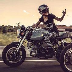@beridershop @de_ranieri_simone @premier_helmets @caferacergram #ducati #sportclassic #caferacer #beautiful #me #photo #yeah #flash #big #smile #black #white #biker #rider Ducati Cafe Racer, Cafe Racer Motorcycle, Moto Ducati, Ducati Scrambler, Ducati Motorcycles, Cafe Racer Bikes, Cafe Racer Girl, Motorbike Girl, Girls On Motorcycles