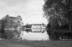 Endless #mirror #reflection #autumn #castle #nature #architecture #igfrance #patrimoine #courson #bw #bnw #blackandwhite #leica #leicaq #parc