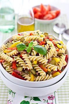 Těstovinový salát se šunkou a zeleninou 200 gtěstovin 100 grajčat 100 gšunky 50 ghrášku 1/2 ksžluté papriky 1/2 kszelené papriky sůl Zálivka: 2 lžícecitrónové šťávy 2 lžíceoleje bílý mletý pepř sůl Těstoviny uvaříme a necháme okapat, přidáme nakrájenou zeleninu, šunku a zalijeme připravenou zálivkou z rozšlehaného oleje, citrónové šťávy, mletého pepře a soli. Vše zlehka promícháme a necháme vychladit.