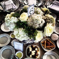 Hermoso centro de mesa para una boda de día . Hermoso montaje de mesa . By Maritaloves .