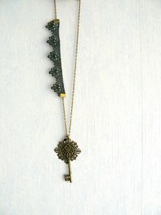 Collier Rétro Romantique, Clef Bronze,Perle Toupie Cristal Swarovski Noire,Dentelle Noire : Collier par mon-armoire-jolie