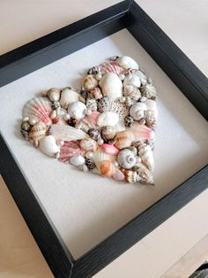 This Seashell Art is a Quick and Easy way to add some beach inspired decor to your home. All you'll need are seashells, a frame, glue and some white paper. Diy Projects When Bored, Diy Projects For Bedroom, Diy Projects To Sell, Diy Projects For Beginners, Crafty Projects, Diy Crafts For Teens, Diy Crafts For Home Decor, Easy Diy Crafts, Nifty Crafts