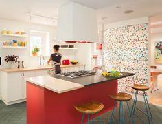 El diseño del mobiliario y la combinación de materiales y colores de esta cocina son una chulada. Mención especial para la isla central y la pared con ese mosaico multicolor.