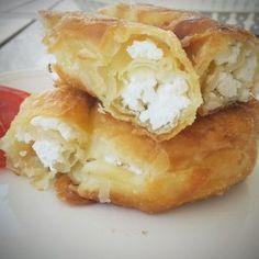 Ρολό παντεσπάνι με μαρμελάδα και νιφάδες κουβερτούρα Mcdonalds Apple Pie, Spanakopita, Baked Potato, Mashed Potatoes, Cake Recipes, Cheese, Baking, Ethnic Recipes, Desserts