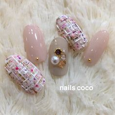 ネイル(No.1903199)|ツイード |ビジュー |グレージュ |冬 |お正月 |ピンク |クリスマス |ジェルネイル |ホワイト |ワンカラー |ハンド |ミディアム |チップ | かわいいネイルのデザインを探すならネイルブック!流行のデザインが丸わかり! Daisy Nail Art, Cute Nail Art, Glitter Nail Art, Classy Nails, Simple Nails, Trendy Nails, Gorgeous Nails, Love Nails, Korea Nail Art