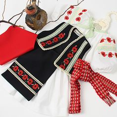 * Costumul popular cu maci se realizeaza la comanda, in atelierul nostru, in combinatiile de culori preferate, cu diferite broderii. Preturi: Camasa lunga, stil rochita 195 lei, Vesta cu broderii  ... Folk Embroidery, Embroidery Patterns Free, Learn Embroidery, Machine Embroidery, Embroidery Designs, Folk Costume, Costumes, Antique Quilts, Girl Blog