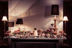 Por que uma Mesa de Doces precisa ter apenas doces e flores? A nossa teve abajures de diferentes estilos...