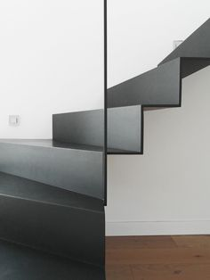 Photo gallery of Unique staircases design. Beautiful original stairs in many pictures and images. In photo gallery you find pictures of staircase construcion types, treads, railings and materials including surface finishing details Black Staircase, Modern Staircase, Staircase Design, Steel Stairs, Loft Stairs, Hall Interior, Interior Stairs, Small Space Stairs, Backyard House