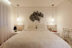 Nesse quarto projetado pela arquiteta Mayra Lopes, a cabeceira em laminado remete ao desenho da madeira natural. A escultura de parede, sobre o leito, é ladeada por dois pendentes que substituem os abajures e dão espaço para objetos serem apoiados nos criados-mudos