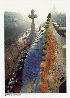 The Dragon's Back, Casa Batlló, Barcelona, Spain. Cathedral Architecture, Amazing Architecture, Art And Architecture, Architecture Details, Antonio Gaudi, Barcelona Architecture, Monuments, Barcelona Catalonia, Art Deco