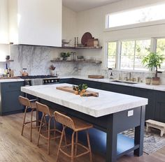 love the dark lower cabinets and bright upper