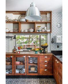 Começamos o dia no melhor lugar da casa! Nesta cozinha, com armários de demolição e porta de tela de galinheiro, piso hidráulico (@ladrilhart) e azulejos da @ceramicaatlas, a combinação é acertada. O projeto é de @inexarquitetura, que fez um mix do urbano com o aconchego do interior. Agora é só avançar para o café da manhã! #revistacasaclaudia #decor #decoration #decoração #home #house #casa #homedecor #kitchen #cozinha #interior #subwaytiles