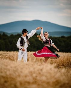 Folk Dance, Beautiful Costumes, Folk Fashion, My Heritage, People Around The World, Poland, Photoshoot, Poses, Couple Photos