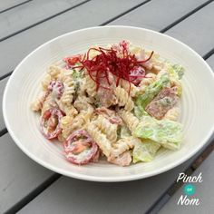 Sometimes you just crave pasta. This Syn Free BLT Pasta Salad was created on one of those days. With just a few ingredients every Slimming Worlder has to hand, you can quickly make this Syn Free BLT Pasta Salad for a simple lunch, an evening meal or as a Slimming World Salads, Slimming World Lunch Ideas, Slimming World Recipes Syn Free, Slimming Eats, Healthy Eating Recipes, Cooking Recipes, Healthy Food, Syn Free Food, Sliming World