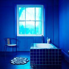 Cuarto de baño azul intenso