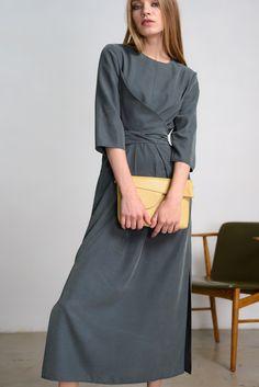 Платье Черешня с длинным поясом изумрудного цвета