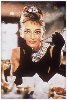 Audrey Hepburn dans Diamants sur Canapé http://www.vogue.fr/joaillerie/red-carpet/diaporama/diamants-a-l-ecran-films-bijoux-les-hommes-preferent-les-blondes-titanic/16912/image/895701#!audrey-hepburn-diamants-sur-canape-films-bijoux-tiffany