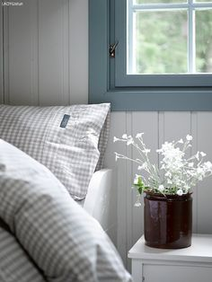 decordemon: A Swedish cottage in delightful colors Scandinavian Cottage, Swedish Cottage, Modern Cottage, Swedish House, Cottage Style, Modern Farmhouse, Swedish Bedroom, Country Farmhouse, Bedroom Photos