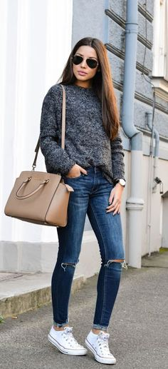 Fall street look | Grey sweater, jeans and white sneakers