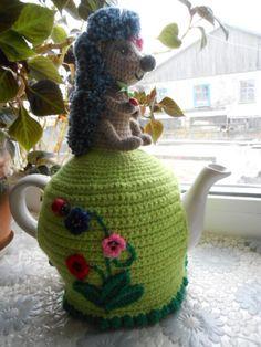 Мне очень нравится вязать всякие уютные вещицы для дома. В последнее время я увлеклась вязанием грелок на заварочные чайники. Может, и вам захочется связать для себя или в подарок грелку с симпатичным ежиком. Несмотря на то, что приемы вязания этой грелки самые простые, сложность я определила как среднюю. Дело в том, что размеры и форма чайников у всех разные и количество приба…