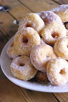 Cinnamon Mini Homemade Donuts - I Love Cakes Mini Donuts, Baked Donuts, Doughnuts, Kitchen Recipes, Gourmet Recipes, Dessert Recipes, Mini Desserts, Chocolate Donuts, Chocolate Recipes