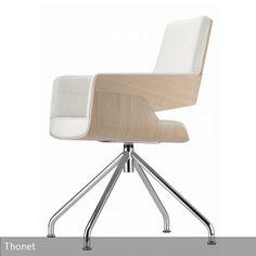 """Der Stuhl """"S 843"""" ist von innen gepolstert und mit Leder bezogen. Er kann ebenfalls mit Stoffbezügen und Rollen erworben werden. Daher eignet er sich auch zur …"""