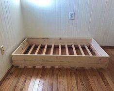 Diy Twin Bed Frame, Floor Bed Frame, Simple Bed Frame, Diy Queen Bed Frame, Plywood Furniture, Diy Furniture, Furniture Buyers, Furniture Design, Lit Plate-forme Diy