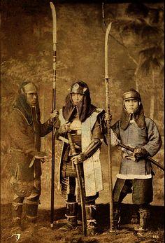 Samurai wearing kusari katabira (chain armor jackets) and hachi-gane (forehead protectors).