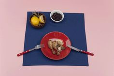 Jeżeli kurczak jest jeszcze ciepły, przykryj go i poczekaj, aż wystygnie zanim włożysz go do lodówki. Do przechowywania kurczaka wybierz szczelny pojemnik: pozwoli to na utrzymanie chrupiącej skórki. #kuchnia #diy #kurczak #optimize #kitchen #gif